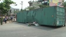 Container Đè Bẹp Ô Tô Khiến 2 Người Chết Thảm