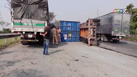 Kinh Hoàng Container Lật Nhào Trên Cầu Vượt Trạm 2